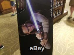 Nouveau Sabre Laser De La Série Star Wars Rey De Disney Parks (le Dernier Jedi) Avec Support