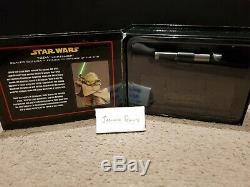 Star Wars Master Réplicas Yoda. Réplique De Sabre Laser À L'échelle 45 Avec Support